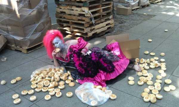 женщина ест булку с земли