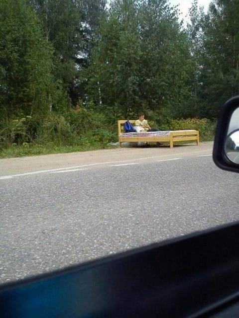 кровать посреди дороги
