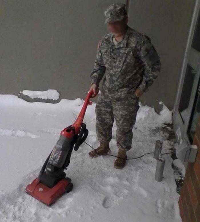 мужчина пылесосит снег