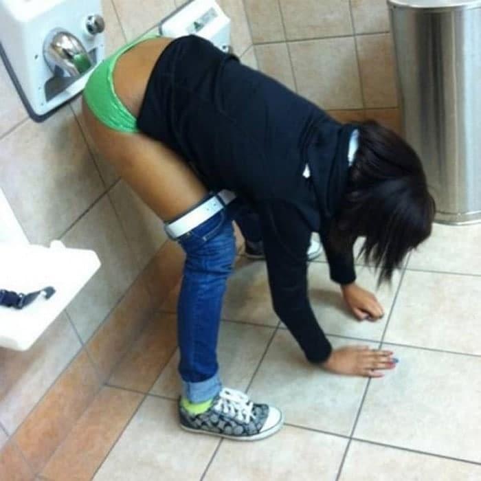 девушка сушит трусы в туалете