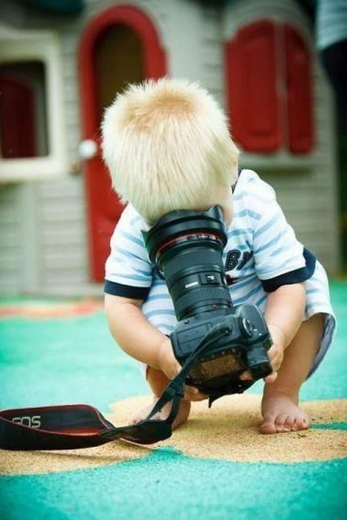 маленький мальчик с фотоаппаратом