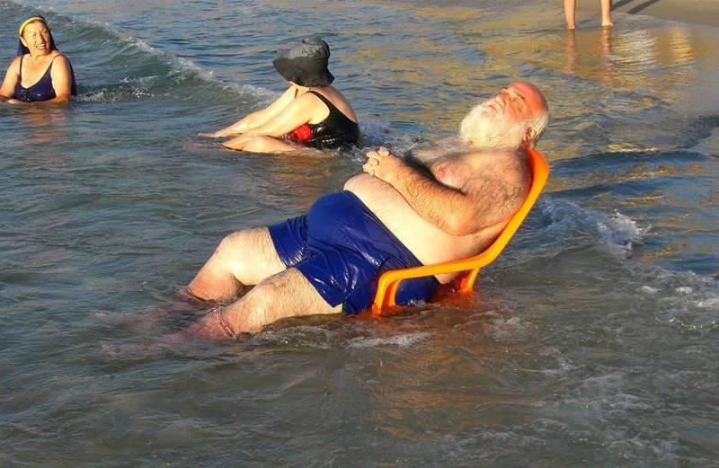 бородатый дед на пляже