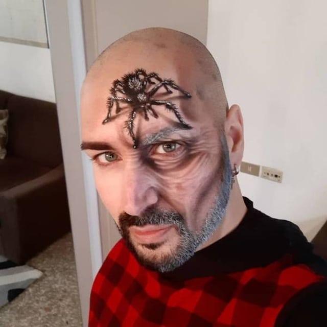 паук на лице