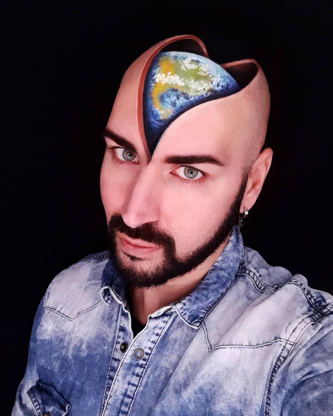 планета Земля на голове