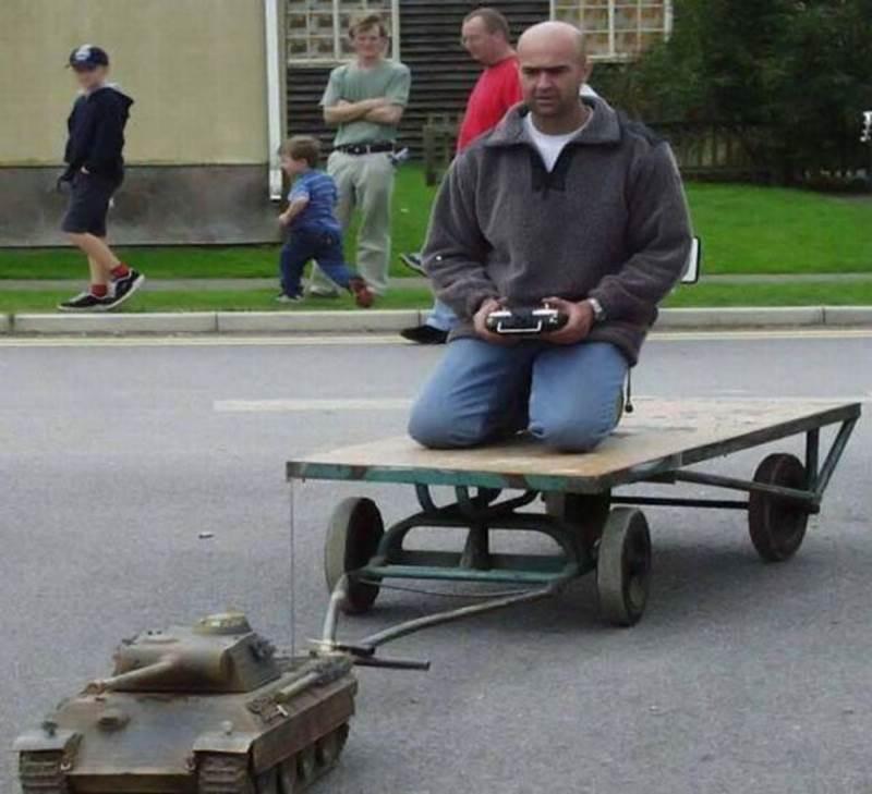 мужчина радиоуправляемый танк