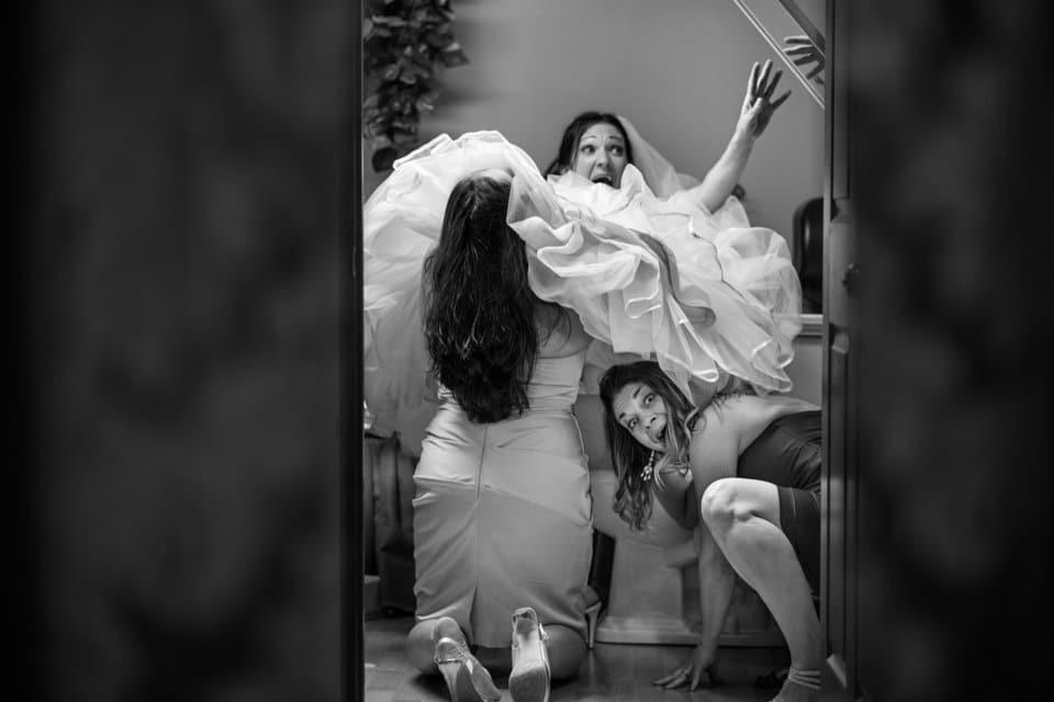 невеста с подружками в туалете