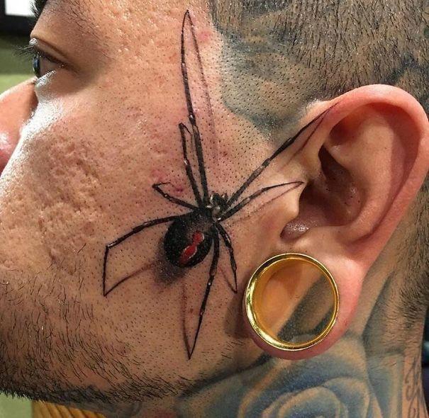 тату паука на щеке у мужчины