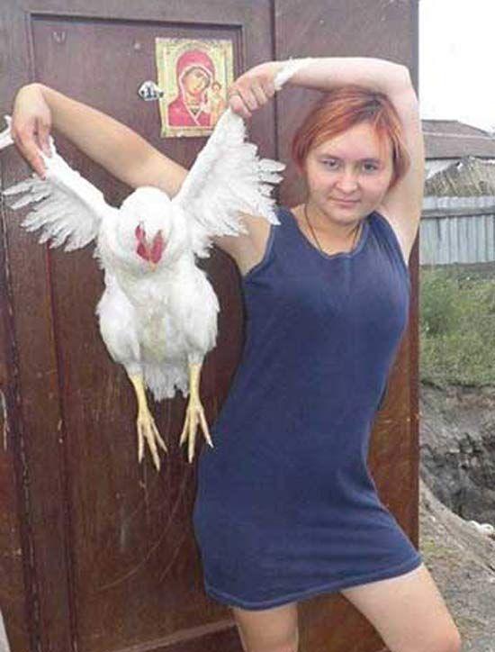 девушка с курицей в руках