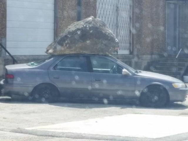 камень на машине