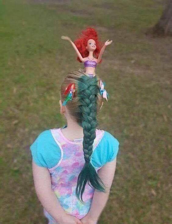 девочка с куклой в волосах