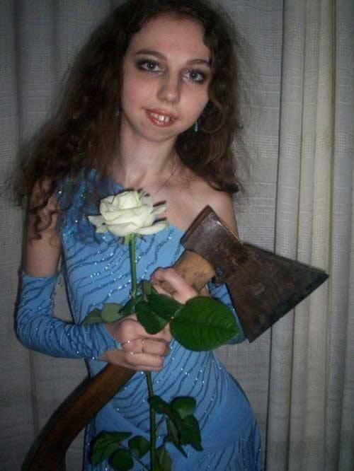 девушка с топором в выпускном платье