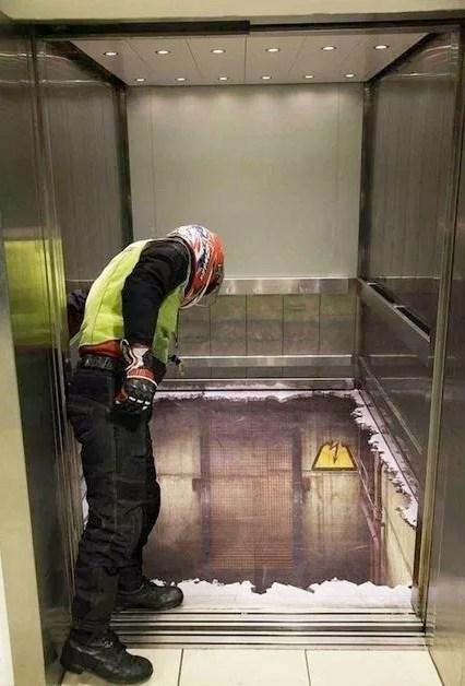 парень заглядывает в кабинку лифта