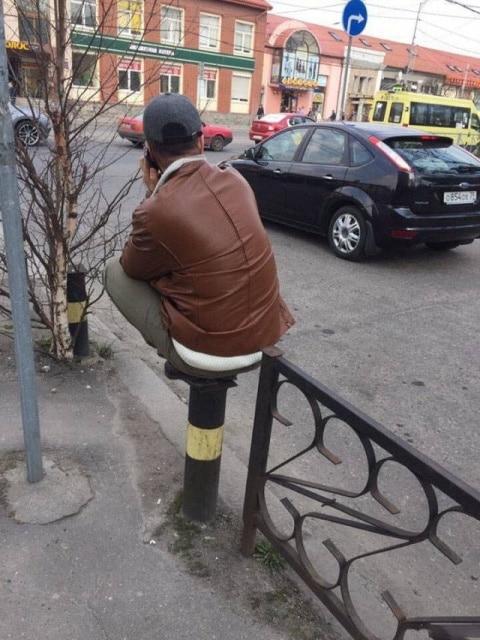парень сидит на корточках