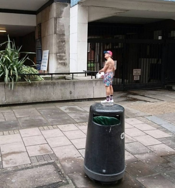 мужчина стоит на мусорке