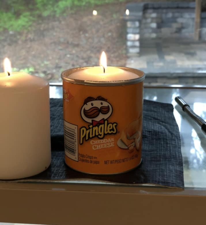 пустая коробка от чипсов и свеча