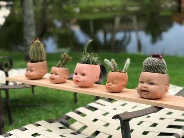 головы кукол вместо цветочных горшков