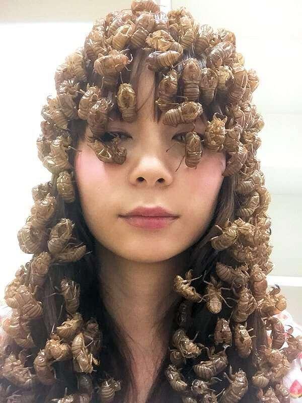 девушка с жуками в волосах