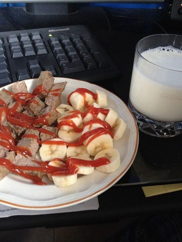 тарелка с бананами и мясом под кетчупом
