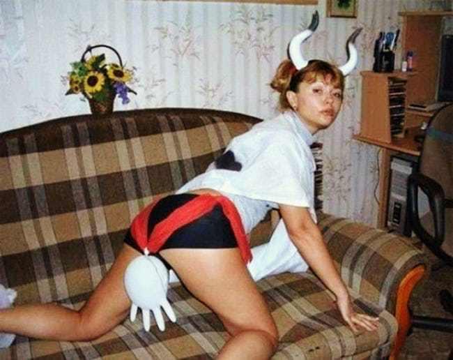 девушка в костюме коровы на диване