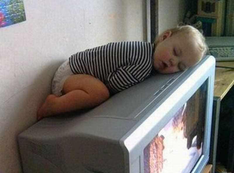 девочка уснула на телевизоре