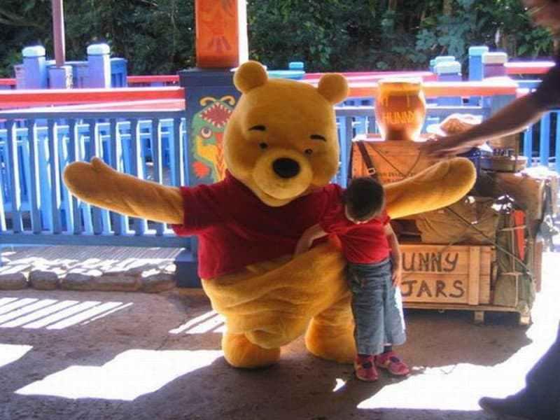 ребенок и человек в костюме