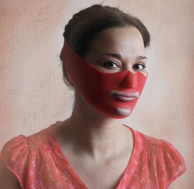 девушка в красной маске