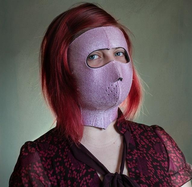 рыжеволосая девушка в сиреневой маске