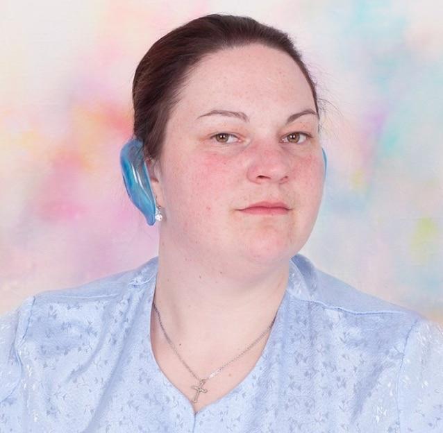 женщина с синими накладками на ушах