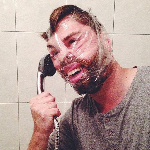 парень со скотчем на лице