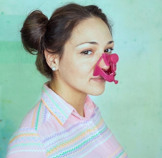 девушка с розовой прищепкой на носу