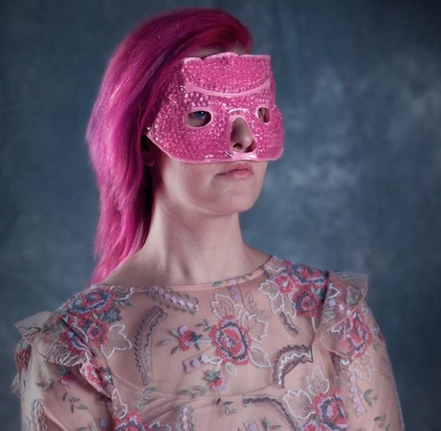 девушка в розовой маске