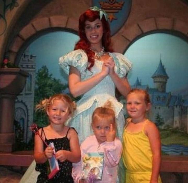 дети и девушка в костюме принцессы
