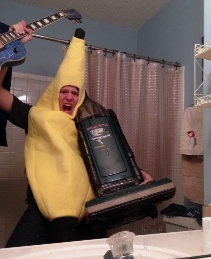 парень в костюме банана