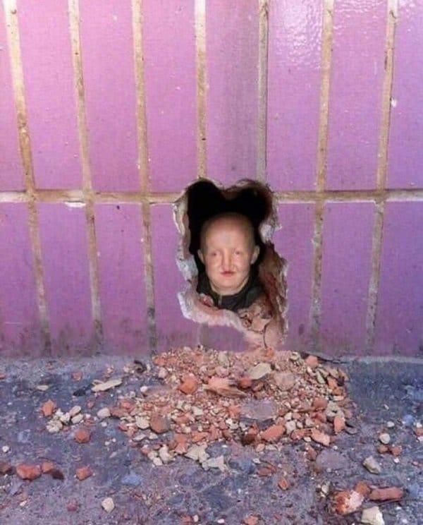 голова человека в стене